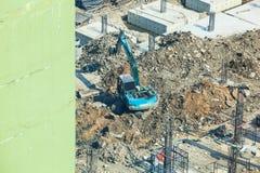 建筑业,混凝土建筑建造场所 具体堆被驾驶到地面被挖掘机在基础坑 库存图片
