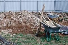 建筑台车和设备在基础的背景的倾吐的混凝土在一个房子的建筑a的 免版税库存照片