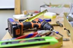 建筑和工具在桌上 库存图片