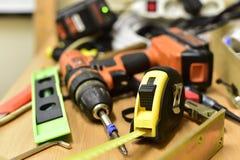 建筑和工具在桌上 免版税库存图片