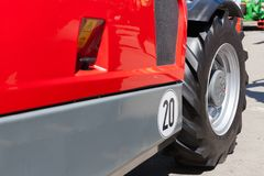 建筑器材一个巨大的轮子和轮胎的片段  库存图片