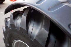 建筑器材一个巨大的轮子和轮胎的片段  免版税库存图片