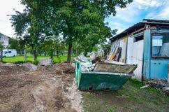 建筑在住宅房子const的垃圾箱大型垃圾桶 免版税库存图片