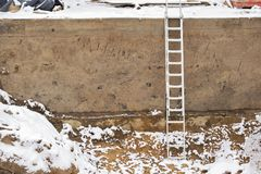 建筑坑在冬天 免版税库存图片