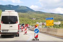 建筑垄沟安装道路工程 在高速公路的整修 在建造场所的路机械 标志和信号 库存照片