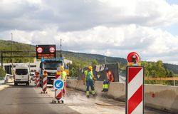 建筑垄沟安装道路工程 在高速公路的整修 在建造场所的路机械 标志和信号 库存图片