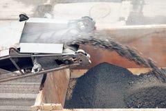 建筑垄沟安装道路工程 涂柏油取消在卡车的机器装货搽粉的沥青 库存图片