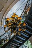 建筑学从下面被观看的内部、大烛台和弯曲的楼梯 免版税库存照片