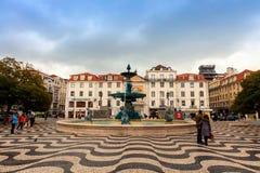 建筑学和地板马赛克在历史的罗西乌广场在葡萄牙 免版税库存照片