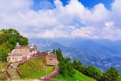 建筑学和山景在Qingjing农场 免版税库存照片