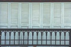 建筑学和木房子大阳台和窗口外部设计泰国样式装饰的 免版税库存照片