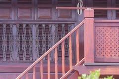 建筑学和木房子木台阶外部设计泰国样式装饰的 库存图片