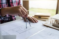 建筑学工程师图画和工作建筑proj的 免版税库存照片