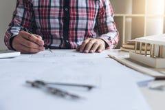建筑学工程师图画和工作建筑proj的 免版税库存图片