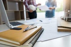 建筑学工程师配合会议、图画和工作为 库存照片