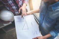 建筑学工程师配合会议、图画和工作为 库存图片