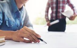 建筑学工程师配合会议、图画和工作 免版税库存照片