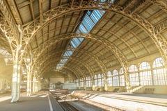 建筑学弯曲了曲拱、金属高视阔步和玻璃屋顶,在空的火车站的内部细节 免版税库存图片