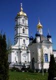 建筑学教会、教堂和钟楼在夏天 库存照片