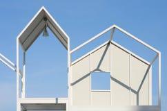 建筑学现代白色钢制框架装饰在天空蔚蓝背景 库存图片