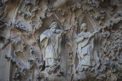 建筑学的入口的元素和雕象对Sagrada Familia的老部分的 免版税库存图片