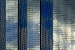 建筑学细节,一座办公楼的窗口与云彩的反射的 免版税库存图片