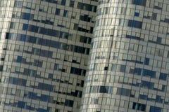 建筑学细节,与一座办公楼的窗口与开放和闭合的窗帘 免版税库存图片