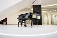 建筑学,有大平台钢琴的宽大厅,内部 免版税库存照片
