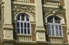 建筑学:关闭与圆被成拱形的Windows的一个大厦在孟买,印度附近 免版税库存图片