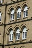 建筑学:关闭Lancent成拱形与玻璃窗格的Windows 免版税图库摄影
