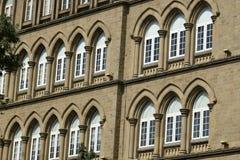 建筑学:关闭Lancent成拱形与玻璃窗格的Windows 免版税库存照片