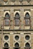 建筑学:关闭Lancent成拱形与玻璃窗格的Windows 库存照片