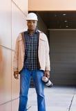建筑安全帽男性摆在的工作者 库存照片