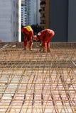 建筑安装钢筋垂直工作者 免版税图库摄影