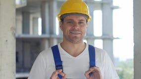 建筑工人与在建筑工地前面的照相机谈话 图库摄影