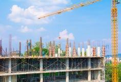 建筑工人住房站点和大厦在民工的运作有塔吊与拷贝sp的蓝天背景的室外 免版税库存图片