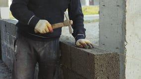 建筑工人修筑砖墙,在建造场所的特写镜头视图 影视素材