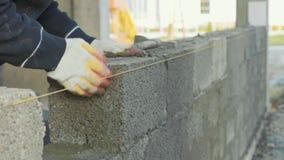 建筑工人修筑砖墙,在建造场所的特写镜头视图 股票视频