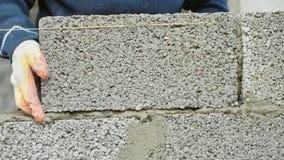 建筑工人修筑砖墙,在建造场所的特写镜头视图 图库摄影