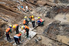 建筑工人在公寓建筑工作 免版税库存照片