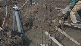 建筑工人队在concreting工作在建造场所 影视素材
