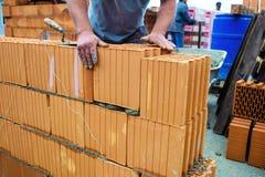 建筑工作站点的建筑工人 免版税库存照片