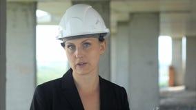 建筑工地的建筑女工谈话与照相机 库存照片