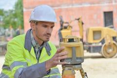 建筑工地的测量员 免版税库存图片