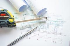 建筑师事务所的顶视图有图纸建筑学项目、笔、测量的是立即可用的磁带和纸的 库存图片