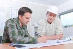 建筑师和一同事 免版税库存照片