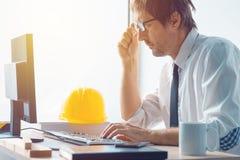 建筑师和工作在办公室的建筑工程师 库存图片