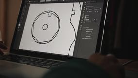 建筑师在与与手提电脑的cad软件一起使用 股票视频