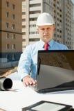 建筑师在建筑工地前面工作 图库摄影
