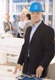 建筑师安全帽办公室佩带的年轻人 免版税图库摄影